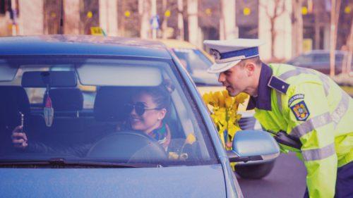 Poliția îi învață pe șoferi să se apere de hoți, dar e mai ciudat decât pare