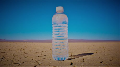 Particule de plastic, în apa îmbuteliată. Cum te afectează și ce branduri au fost testate
