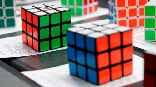 Robotul care rezolvă un cub Rubik mai repede decât orice om