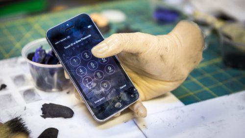 De ce nu poți debloca un telefon cu degetul cuiva decedat