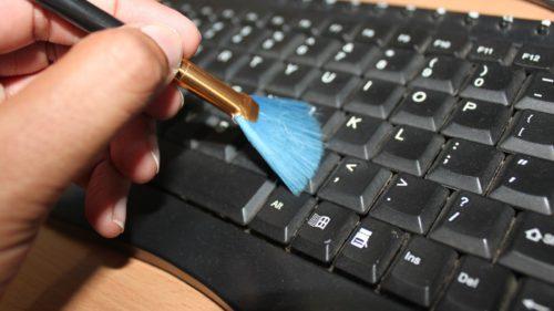 Tastatura e mai murdară decât toaleta. Cât de des trebuie să o cureți