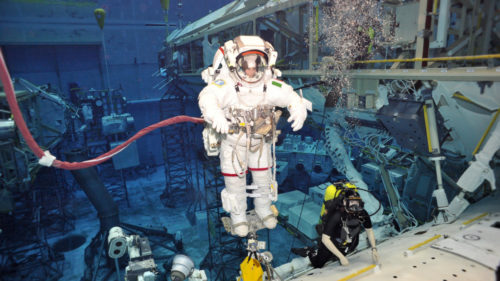 astronauți piscina