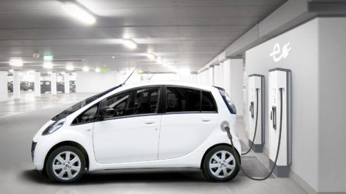 Ai ce cumpăra, dar n-ai unde să încarci: de ce are UE o problemă cu stațiile de încărcare a mașinilor electrice