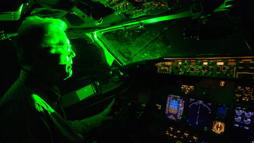 De ce e o idee cât se poate de proastă să îndrepți lasere către avioane