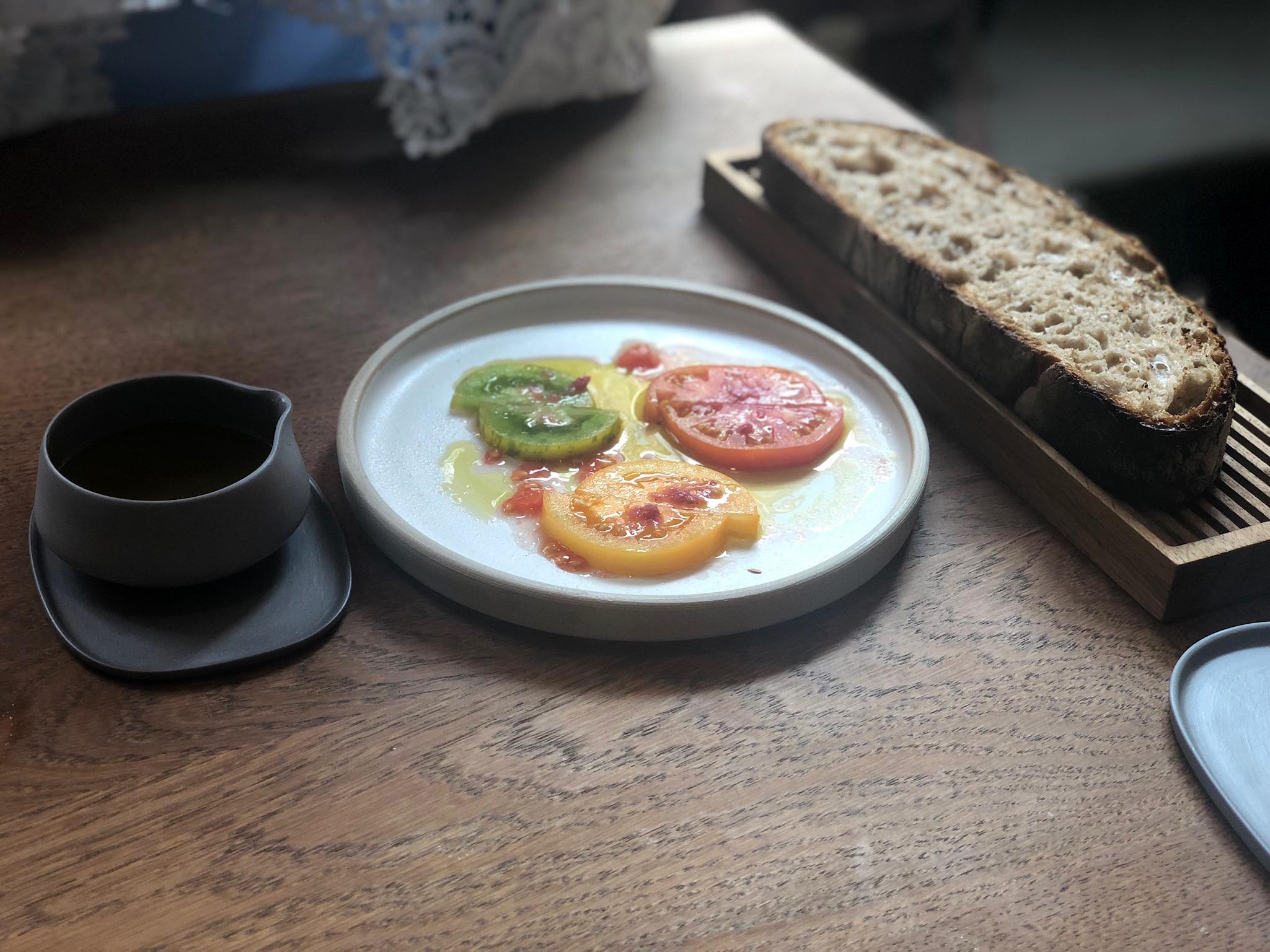 iPhone X Potrait - Relae - Pâine cu maia, ulei de mâsline din Sicilia, roșii proaspete