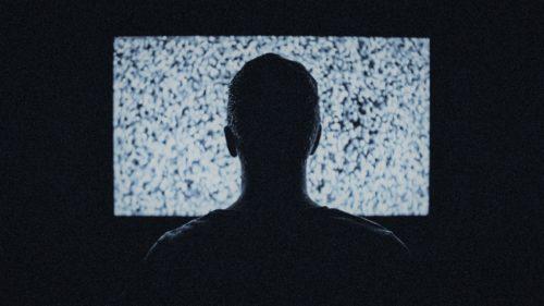 """Un """"robot"""" a fost lăsat să facă ce vrea și-a ajuns să se uite la TV toată ziua"""