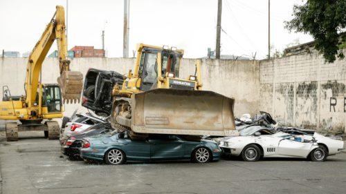 Țara care trece cu buldozerul peste mașinile aduse ilegal
