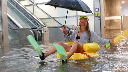 O stație de metrou inundată a fost transformată în piscină