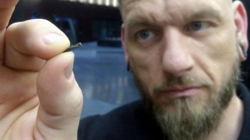 Țara unde oamenii se înghesuie să-și pună microcipuri sub piele