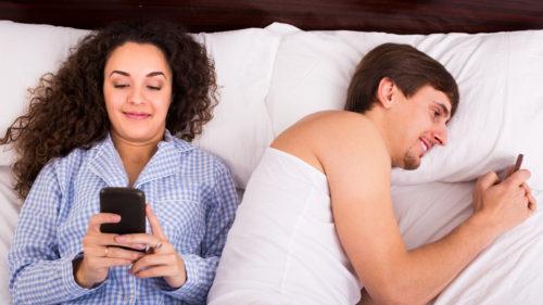 Cât de des îți ignori prietenii de dragul telefonului