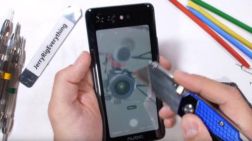 Cât de bine rezistă telefonul cu două ecrane al chinezilor