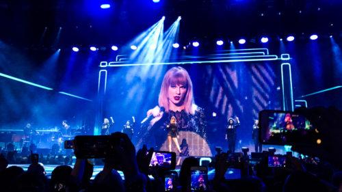 """Cum și-a """"spionat"""" această cântăreață fanii la un concert"""