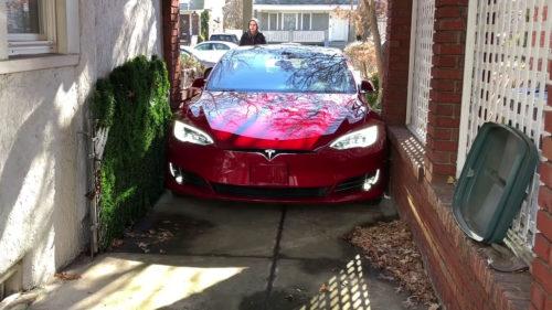Tesla îți transformă mașina în cățeluș de companie care te urmărește