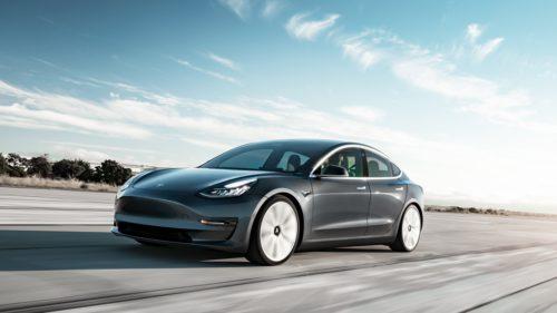 Tesla Model 3 a înregistrat o femeie în timp ce zgâria mașina: cum este posibil