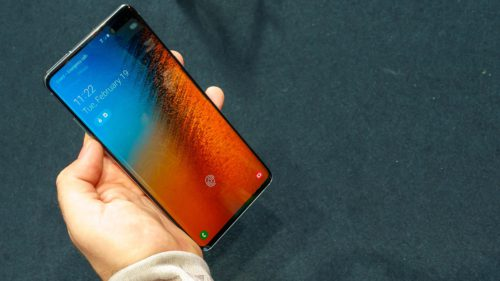 Samsung a reparat problema majoră de pe Galaxy S10, dar mai durează un pic