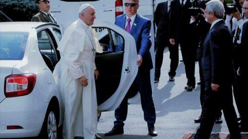 Dacia papamobil: cum ar putea mașina românească să-l ajute pe Papa