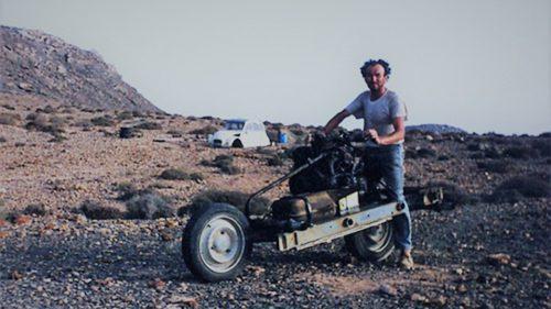 Omul care s-a salvat din deșert transformând o mașină în motocicletă