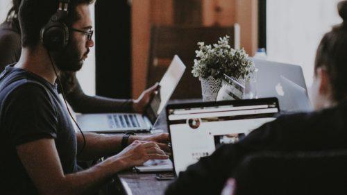 De ce vulnerabilități software profită atacatorii cibernetici și cum te pot afecta