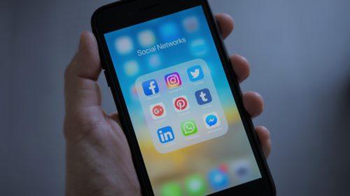 De ce aplicațiile sunt albastre și de ce Facebook renunță la această culoare