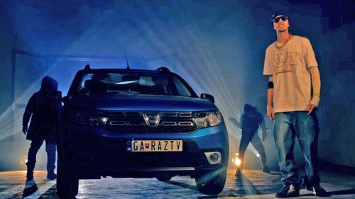 """Viralul cu Dacia care rupe pe YouTube: """"Cu Logan rămân și bani de plajă"""""""