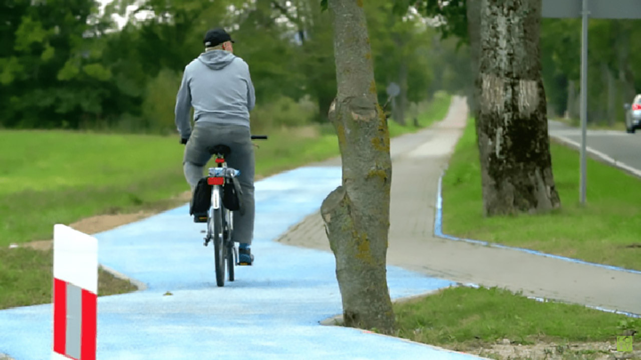 Poland-Unveils-Glow-In-The-Dark-Bicycle-Path-That-Is-Charged-By-The-Sun-5