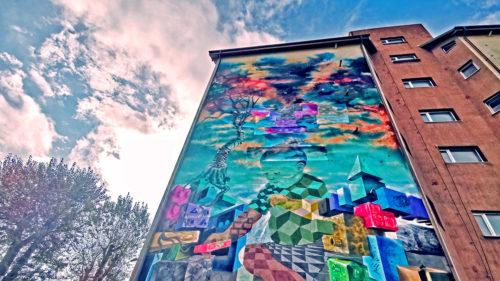 Acest bloc din Bacău are o pădure pe un perete. De ce arată ca o pictură?