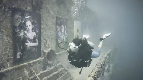 Riscurile poluării cu plastic, ilustrate prin intermediul primei expoziții sub apă