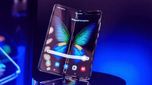 """De ce telefonul pliabil de la Samsung a dat deja """"peste cap"""" lumea telefoanelor"""