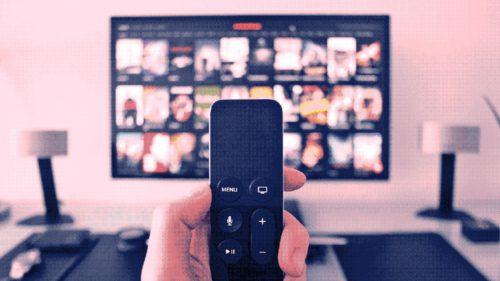 De ce îți place atât de mult să te uiți cu orele la filme și seriale