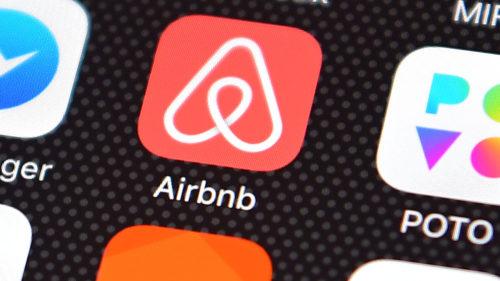 Airbnb, pe butuci: cea mai importantă platformă online de turism face concedieri masive