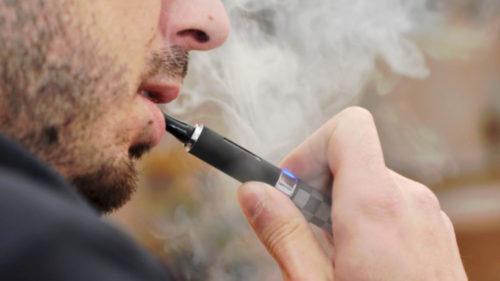 Pericolul țigărilor electronice: cât de probabil e să te apuci de fumat după ce le încerci