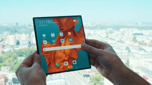 Alternativa la Samsung Galaxy Fold: telefonul pliabil de la Huawei a ajuns în magazine