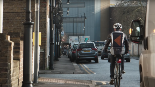 Ford a creat cea mai utilă jachetă pentru bicicliștii din trafic