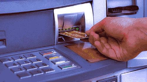 Dacă bagi codul PIN invers, bancomatul sună la Poliție? Nu, dar tu arăți că ești prea credul