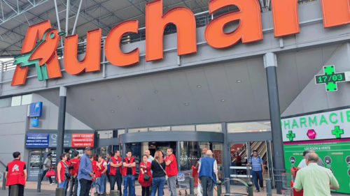 Afișul Auchan care i-a indignat pe clienți: ce mesaj a pus la intrarea în magazin