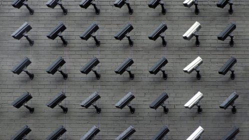 De ce statele își monitorizează cetățenii prin telefon în timpul pandemiei