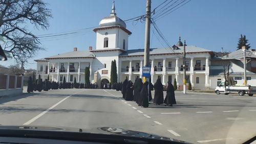 În plină pandemie, Sfânta Parascheva a adunat sute de maici și călugări: de ce au ieșit moaștele din Iași