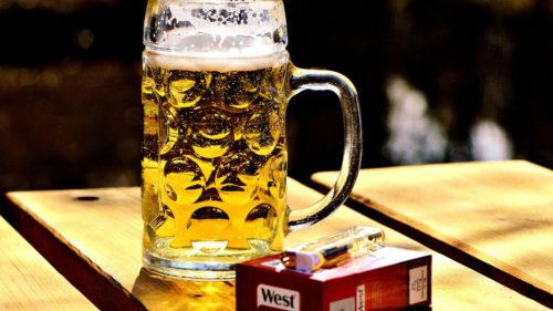 România mai puțin sănătoasă: mâncare semipreparată, alcool și țigări, în topul produselor