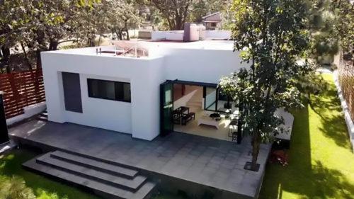 Casa din plastic care rezistă la cutremure ar putea fi cea mai bună investiție: cât costă