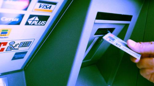 Poți rămâne fără bani pe card. Pericolul real care poate afecta mii de români
