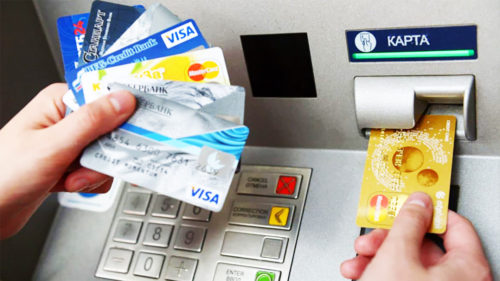 Toți cei care au card bancar trebuie să știe asta. Diferența crucială pentru contul tău bancar