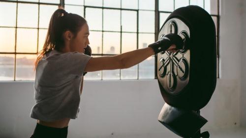 Gadgetul care te învață să boxezi e perfect pentru pandemie, dacă tot stai în casă