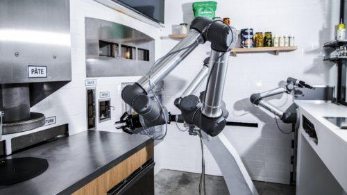 """Roboții au ajuns să facă legea în bucătărie: de ce sunt """"angajați"""" de un număr mare de restaurante"""