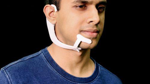 Acest gadget îți introduce un asistent digital în creier care vorbește în locul tău