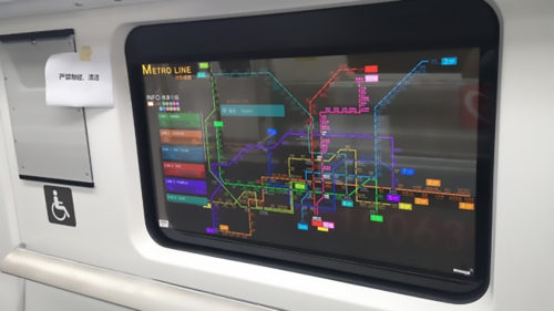 Viitorul dominat de ecrane transparente a sosit: au fost integrate la metrou