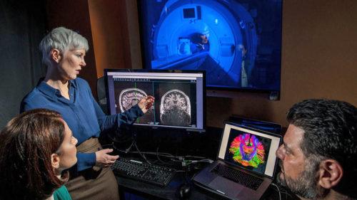 Arată ca un rucsac obișnuit, dar este, de fapt, un laborator care scanează creierul
