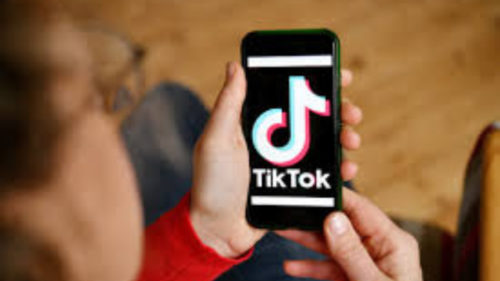 """Fenomen îngrijorător pe TikTok: de ce-și """"umilesc"""" părinții copiii pe rețeaua socială"""