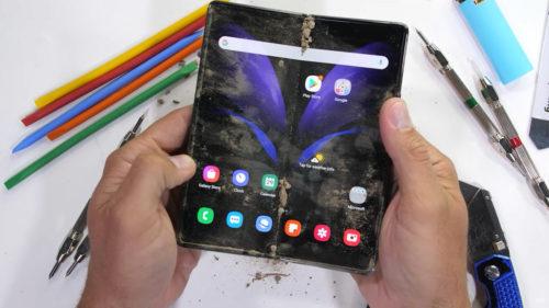 """<span class='highlight-word'>VIDEO</span> Cel mai scump telefon, într-un test brutal: cum rezistă Galaxy Z Fold 2 """"în lumea reală"""""""