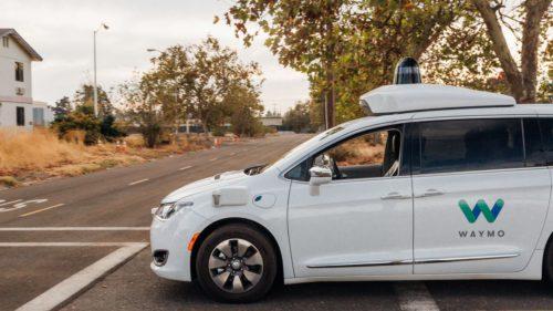 Orașul în care mașinile fără șofer ale Google au ajuns să fie atacate cu ouă