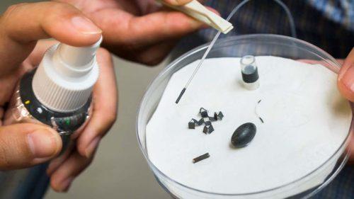 Acest spray magnetic transformă obiectele în mini roboți care pot transporta medicamente